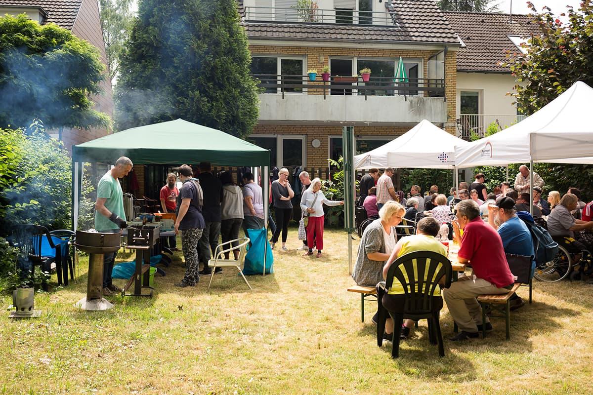 Ein großes Grillfest im Garten