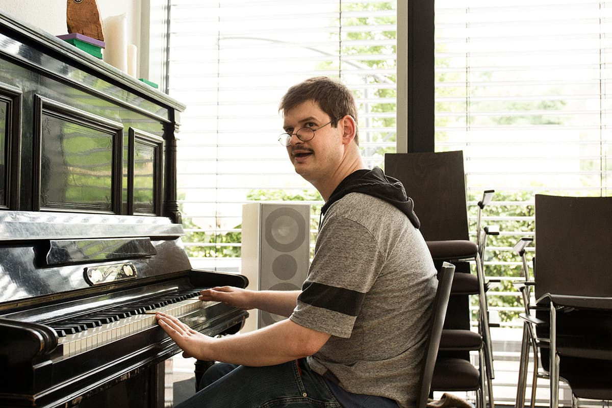 Ein Klient sitzt am Klavier im Matthias-Claudius-Haus in Flingern