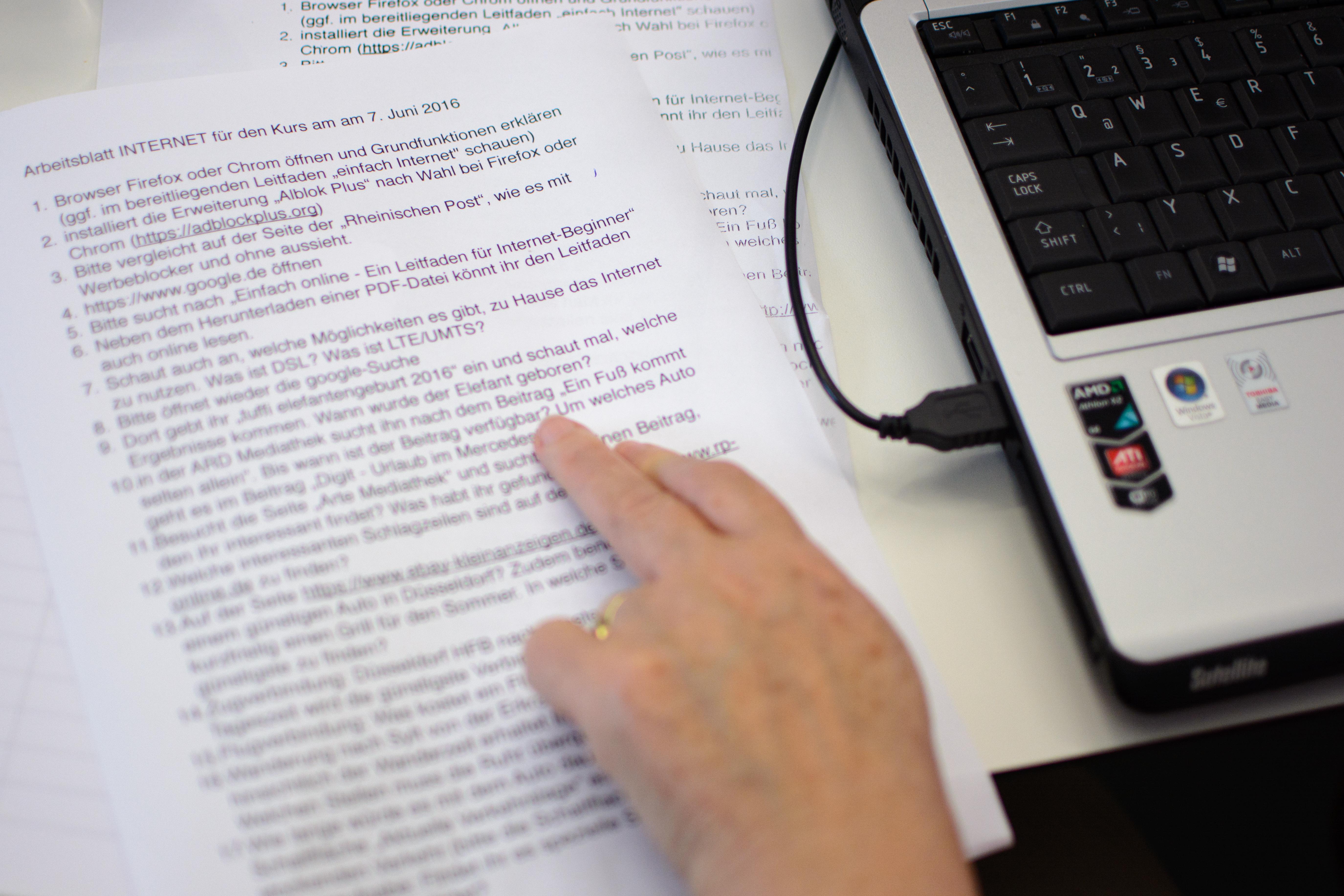 Eine Person liest ein Dokument